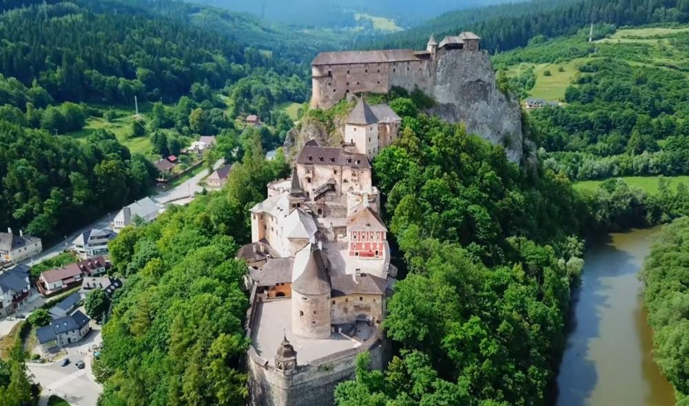Оравский замок расположен на скале над рекой Оравой, является национально-историческим памятником культуры Словакии