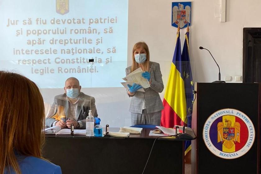 Текст присяги на верность Румынии спроецирован на стену для удобства.