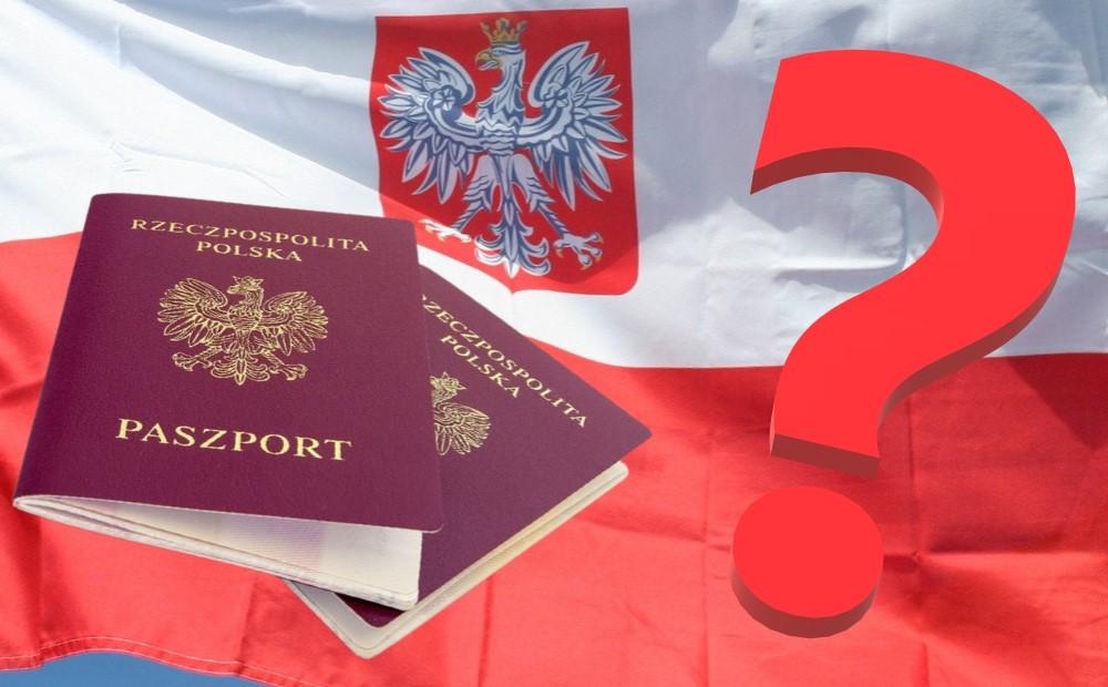 Польские биометрические паспорта на фоне польского флага. А вы хотите получить польское гражданство?